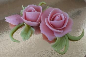Pâte d'amande en et à la rose