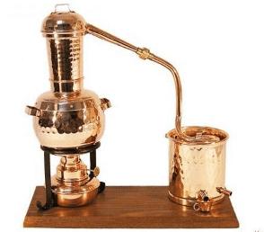 Alambic ancien en cuivre à vapeur