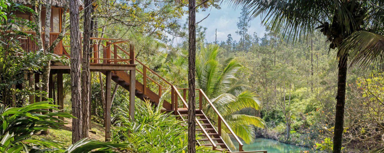Descente d'escalier vers la rivière de l'hôtel Blancaneaux Lodge