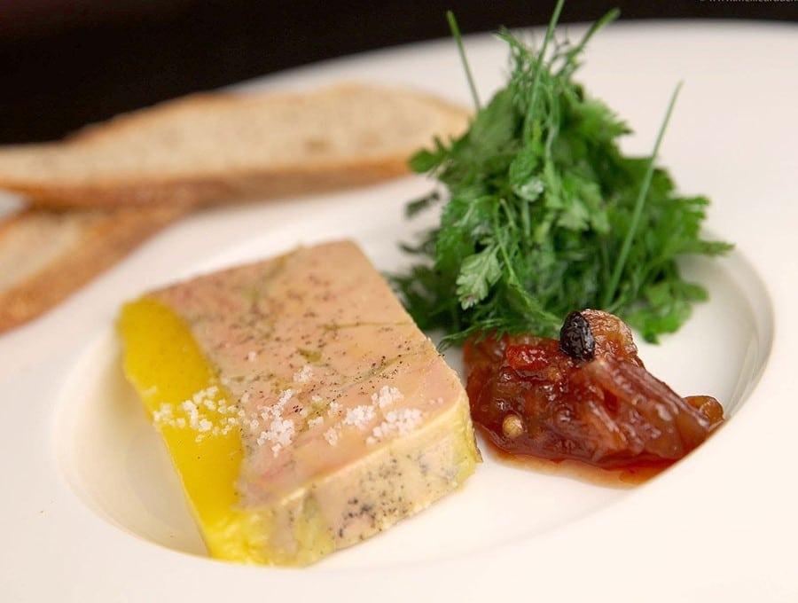Foie gras mi cuit à la fleur de sel et chutney d'abricot
