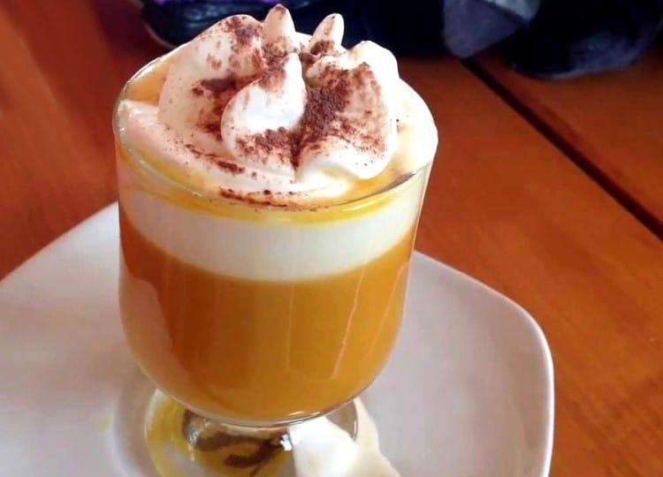 Advocaat, crème fouettée et cacao