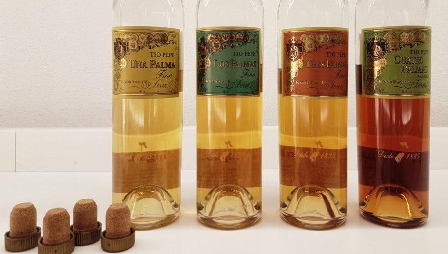 Bouteilles de vins fino issues de tonneaux dont les qualités sont marquées de leurs palmes