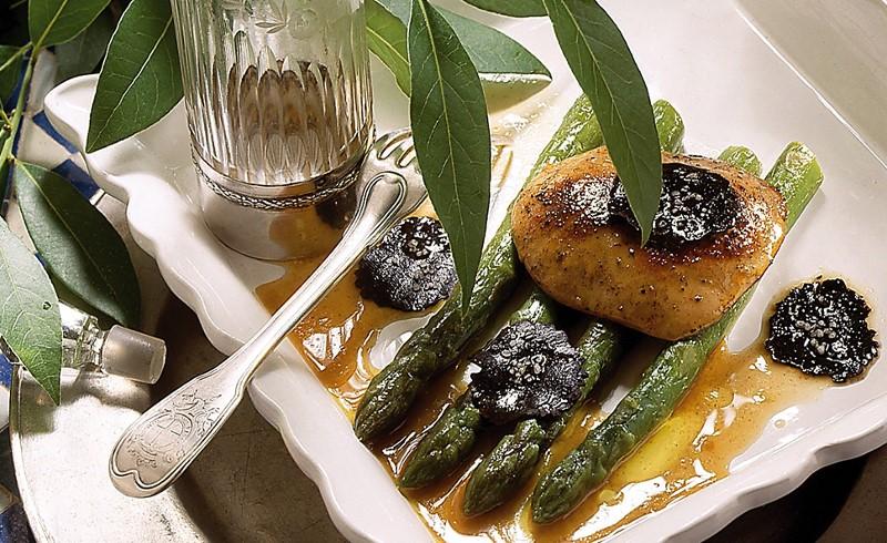 Asperges vertes et escalope de foie gras aux lames de truffe