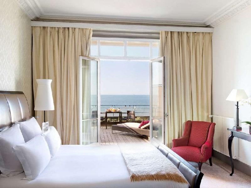 Chambre et terrasse du Grand Hôtel Cabourg vue sur mer