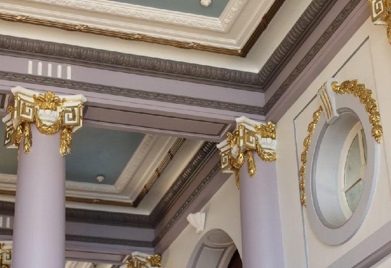 Détail du plafond du hall d'entrée du Grand Hôtel de Cabourg