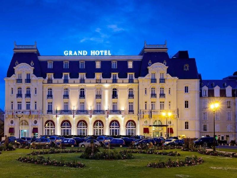 Le Grand Hôtel de Cabourg le soir