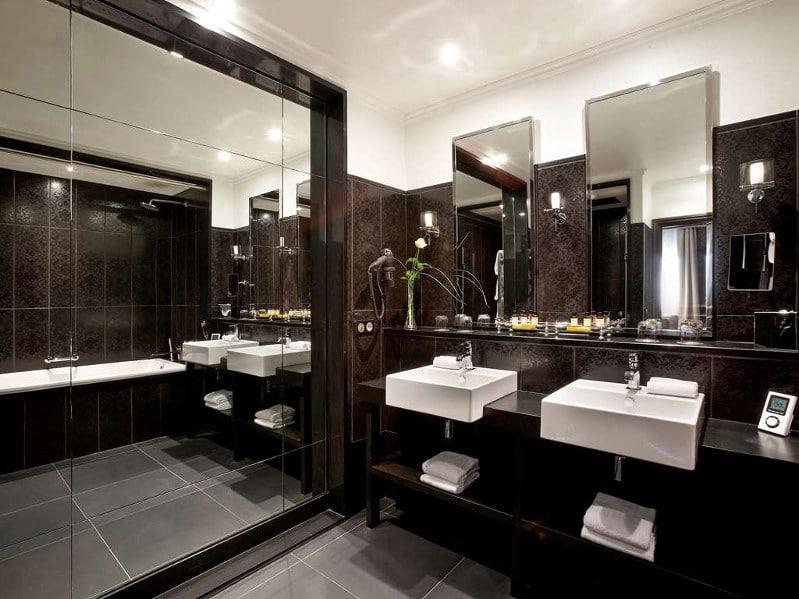 Salle de bain d'une chambre au Grand Hôtel de Cabourg