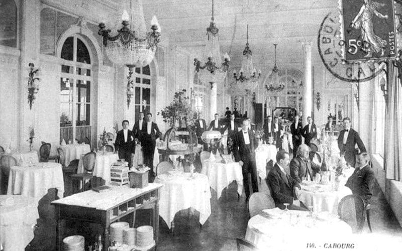 Salle de restaurant du Grand Hôtel Cabourg en 1907
