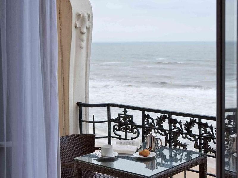 Vue sur la mer de la terrasse aux madeleines d'une chambre du Grand Hôtel de Cabourg