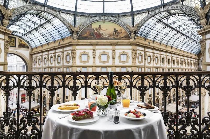 Déjeuner en terrasse avec vue sur la galerie au Galleria Vik Milano