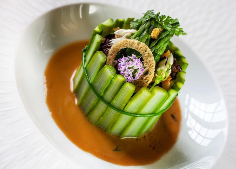 Chartreuse d'asperges vertes aux légumes printaniers, homard et bisque de homard
