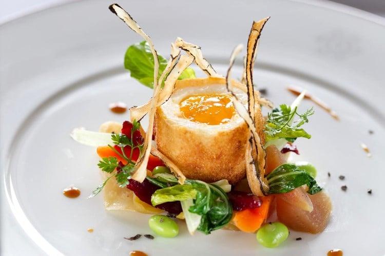 Œuf mollet en brioche et salade de petits légumes