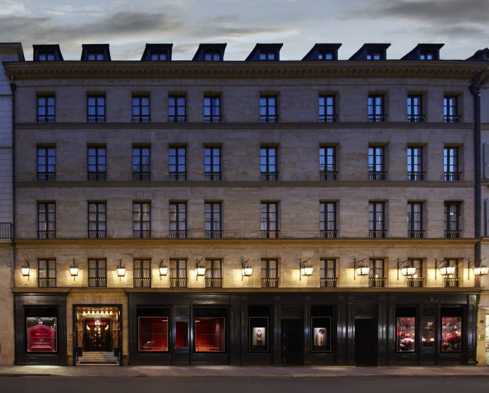 Immeuble de l'Hôtel Costes rue Saint-Honoré le soir