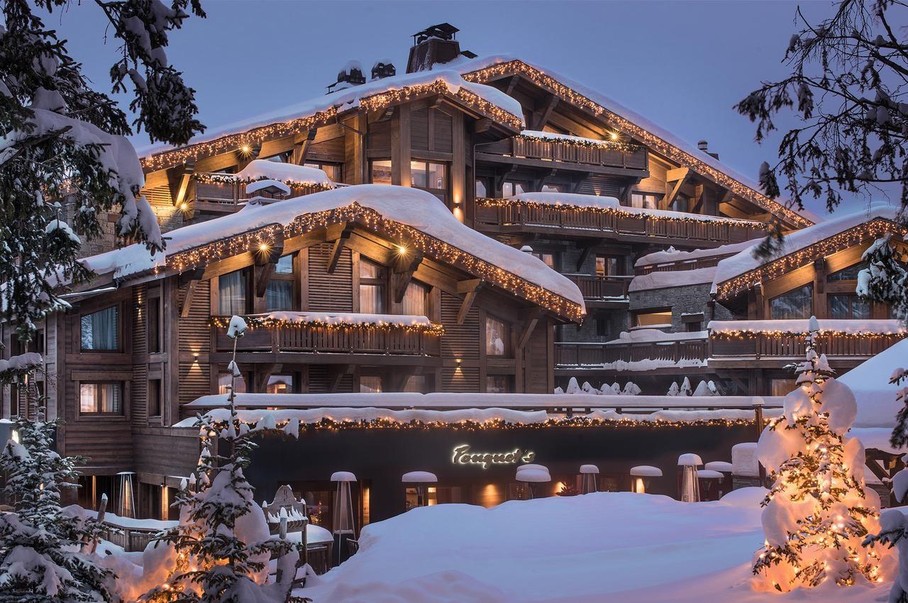 L'hôtel Barrière Les Neiges à Courchevel le soir