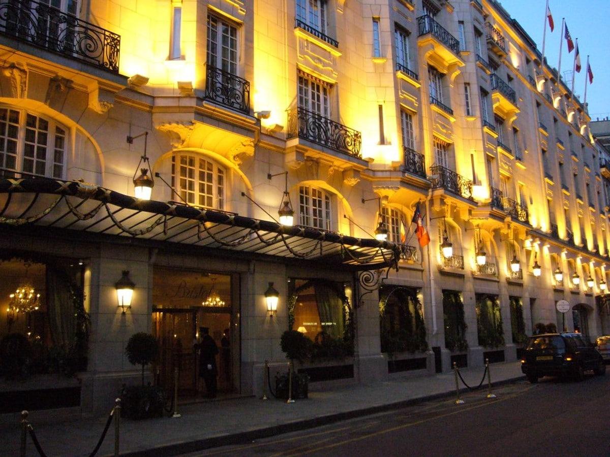 L'hôtel Bristol à Paris le soir