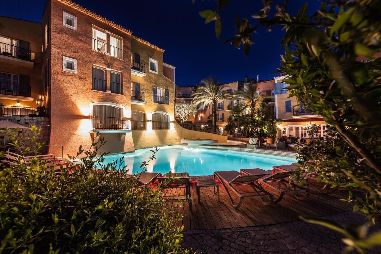 L'hôtel Le Byblos à Saint-Tropez le soir
