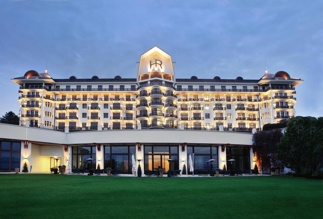 L'Hôtel Royal à Évian le soir