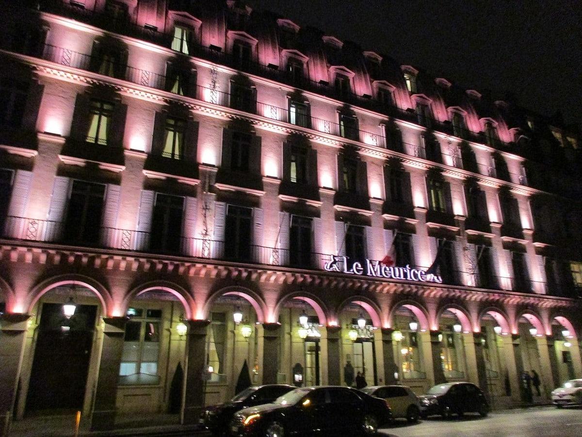 L'hôtel Le Meurice rue de Rivoli le soir