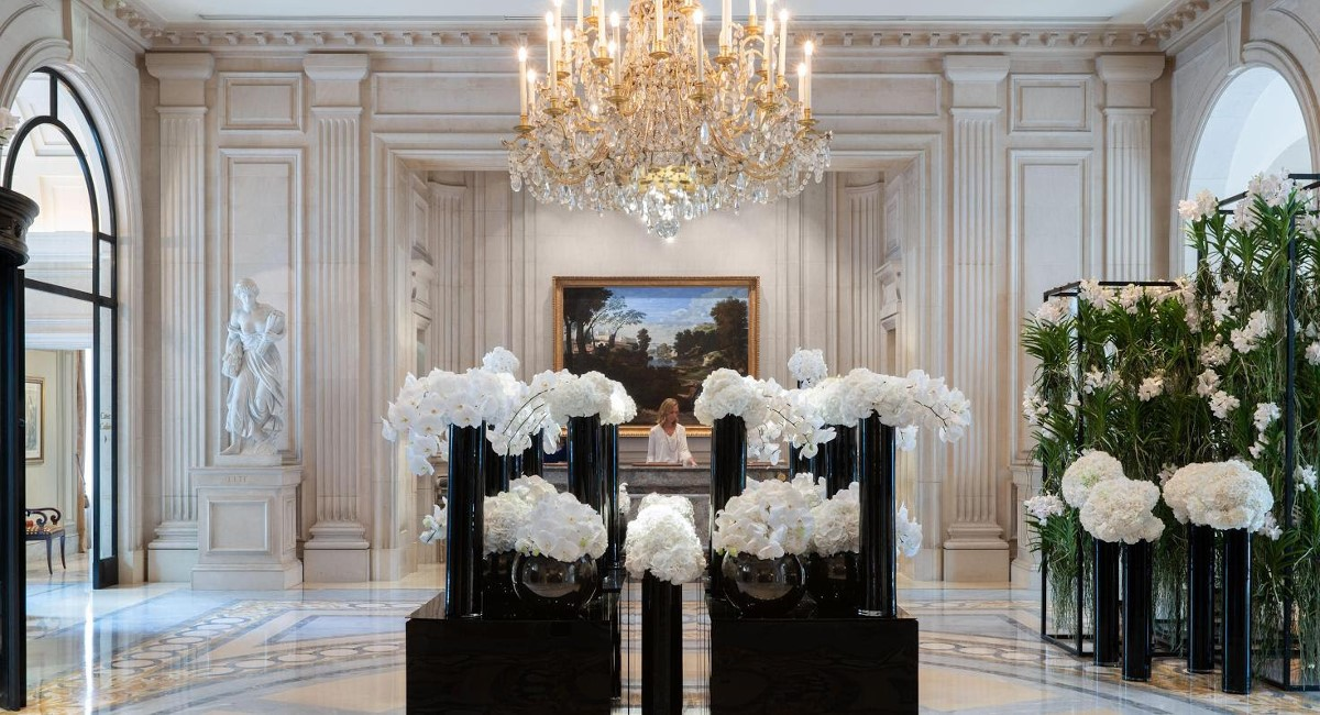 La réception de l'hôtel Four Seasons George V