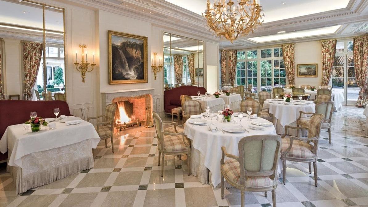 Salle du restaurant à l'hôtel Bristol