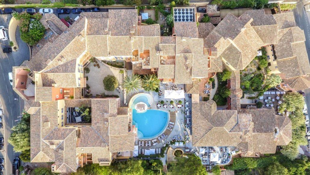 Vue aérienne de l'hôtel Le Byblos à Saint-Tropez