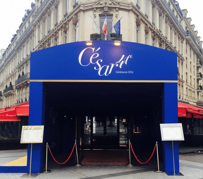 L'entrée du Fouquet's pour l'arrivée des César de la cérémonie de 2016