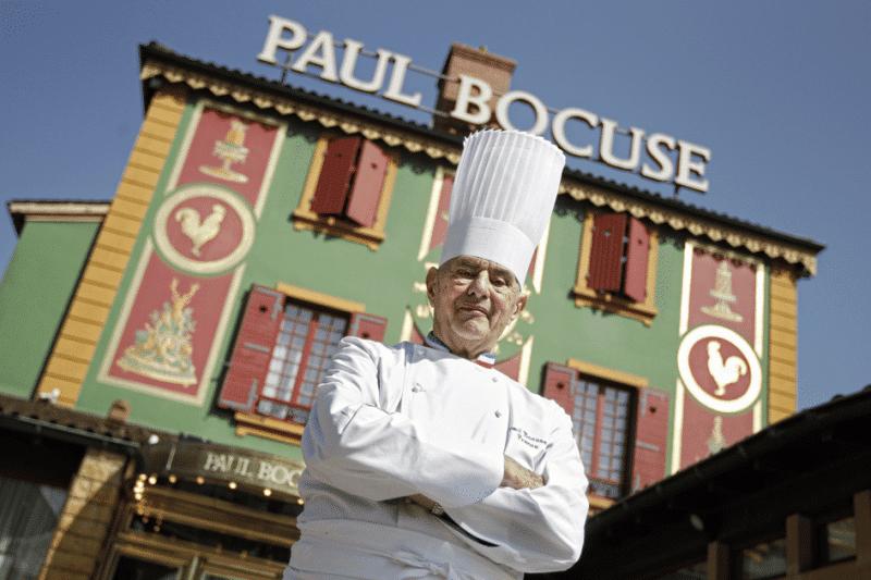 Paul Bocuse devant son Auberge du Pont de Collonges