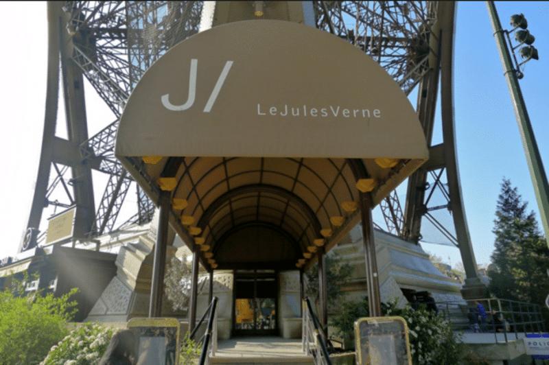 Entrée du restaurant Le Jules Verne sur la Tour Eiffel