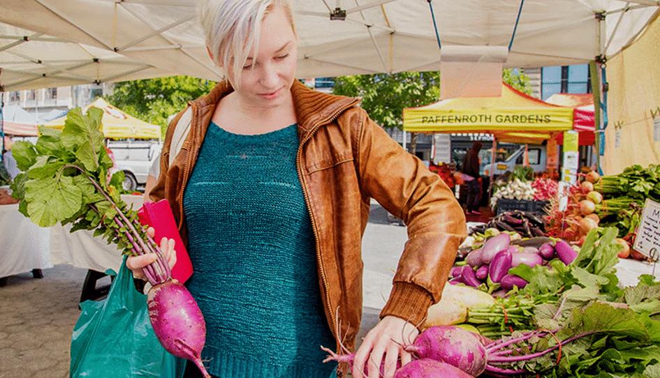 Emma Bengtsson fait son marché à l'Union Square Garden de New-York