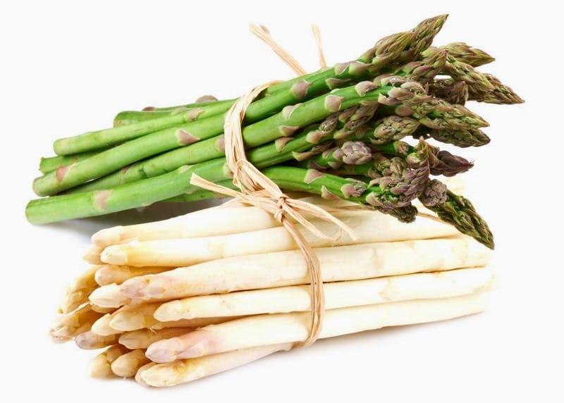 Bottes d'asperges vertes et d'asperges blanches