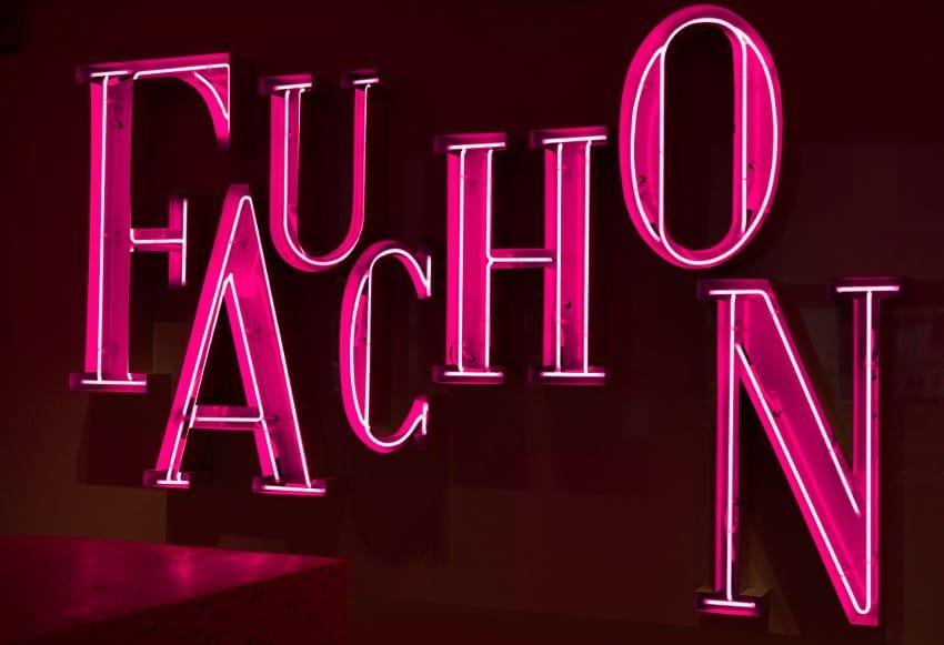 Enseigne lumineuse de l'hôtel Fauchon à Paris