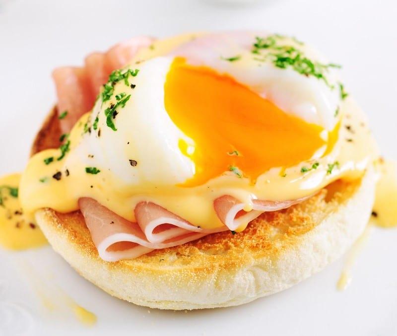 Pancake à l'œuf mollet au jambon et fromage
