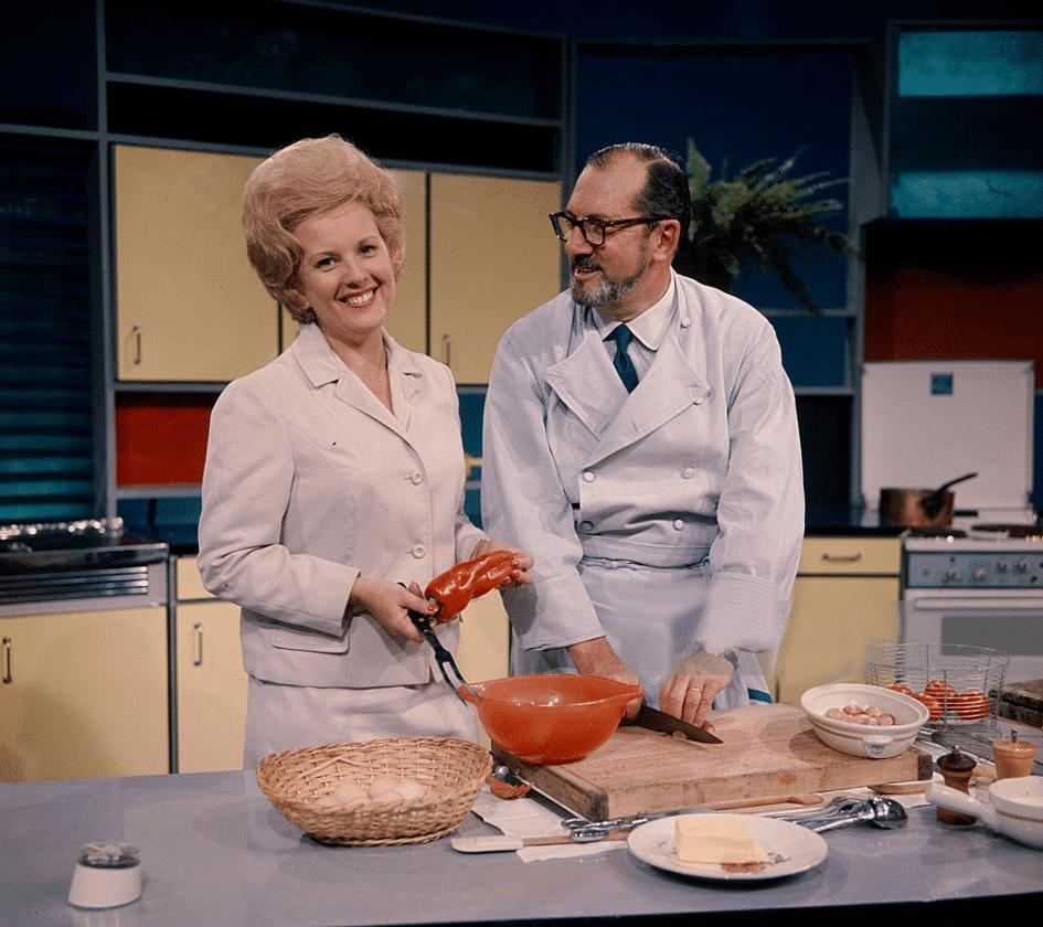 Raymond Oliver avec la présentatrice TV Catherine Langeais en 1956