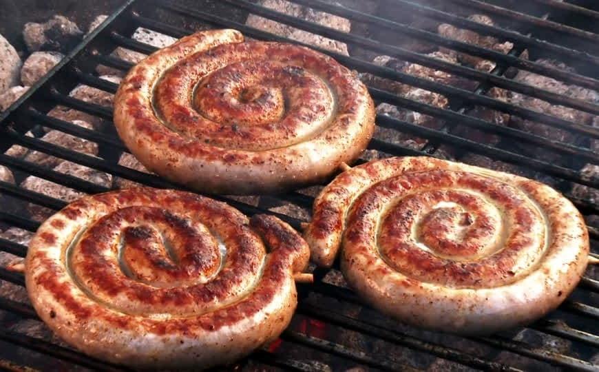 Saucisses Boerewors sur le barbecue braii