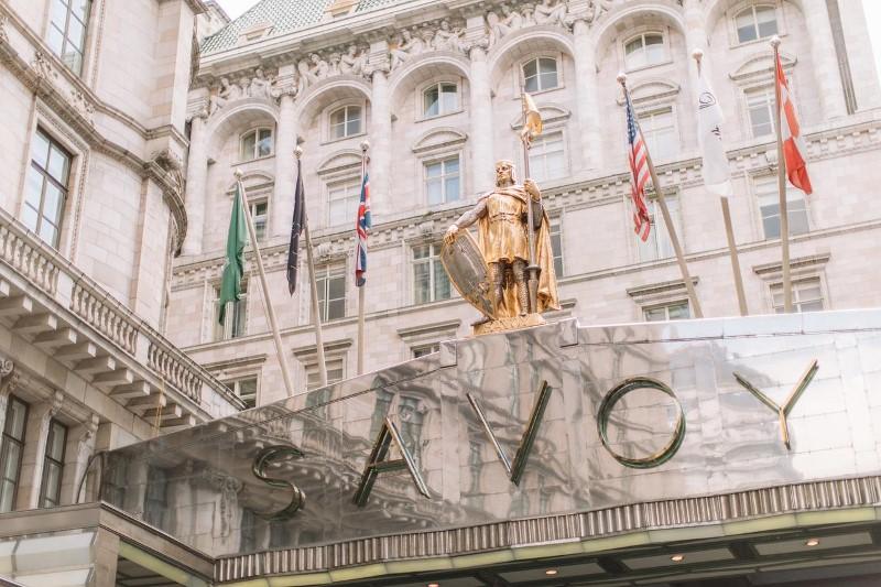 The Savoy Hotel à Londres et sa statue en or du comte Pierre de Savoie