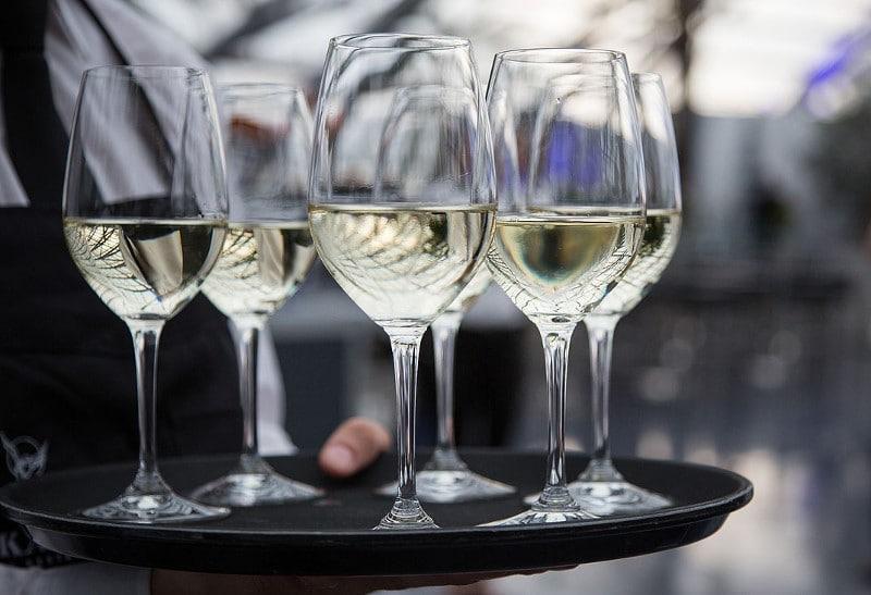 Service du vin blanc sec
