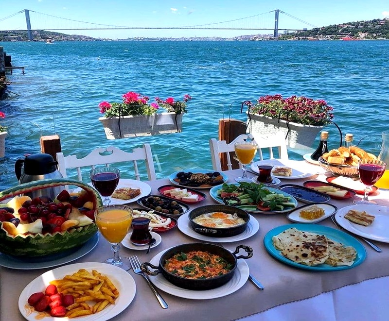 Déjeuner turc sur le Bosphore