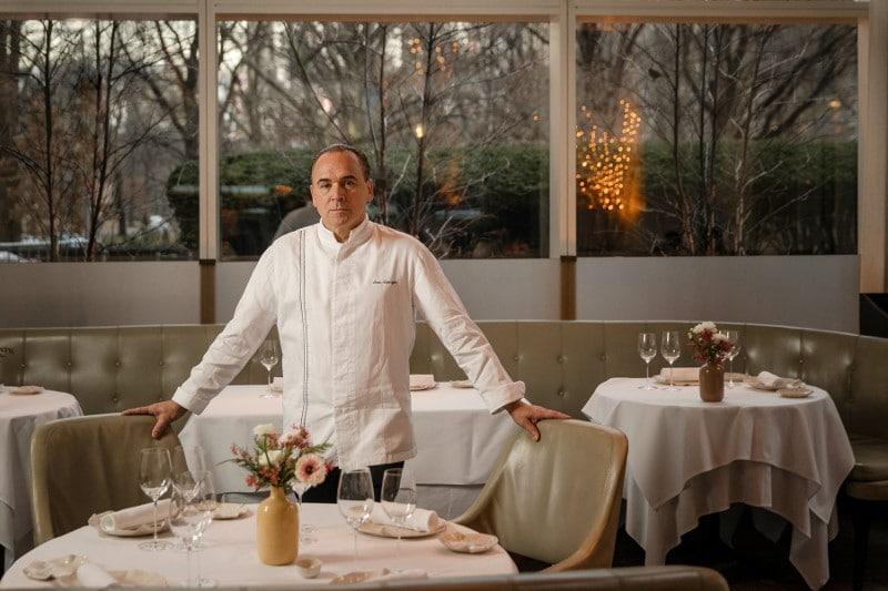 Le chef Jean-Georges Vongerichen dans la salle du restaurant Jean-Georges à Central Park West New York