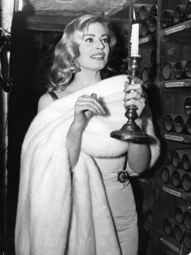 L'actrice Anita Ekberg dans le caves de la Tour d'Argent