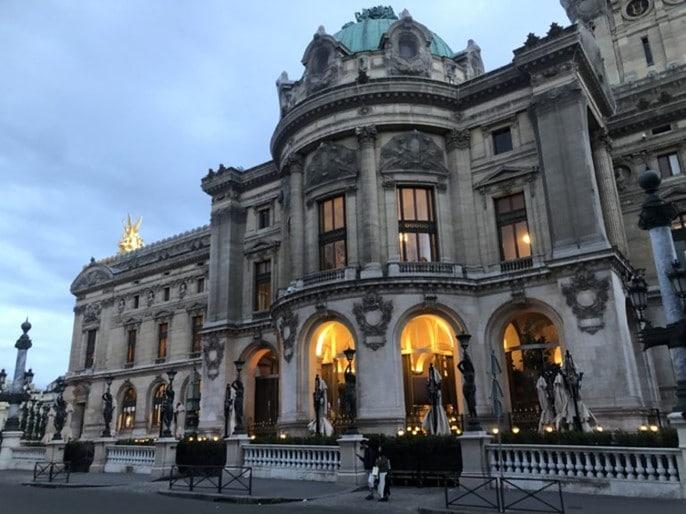 L'entrée du restaurant CoCo à l'Opéra Garnier à Paris