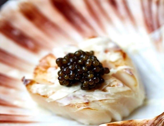 Caviar et chocolat blanc sur noix de Saint-Jacques par Heston Blumenthal