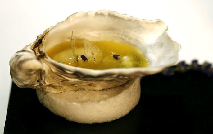 Gelée d'huîtres et fruits de la passion sur lavande, servie dans une coquille d'huître par Heston Blumenthal