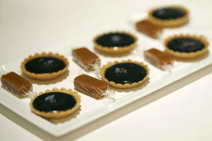Tartelettes à la violette et caramels à la tarte aux pommes enveloppés de papier sucré comestible par Heston Blumenthal