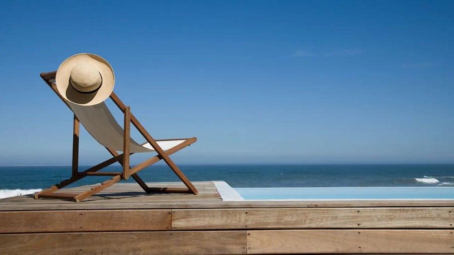Chaise-longue au bord de mer